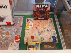 gablota przedstawiająca gry planszowe o warszawie